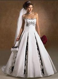Свадебное белое платье с черным узором
