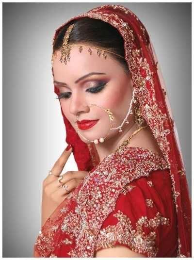 Комбинация цветного свадебного платья и макияжа.
