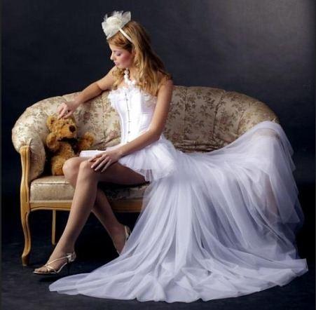 Некоторые невесты саму идею облачиться в короткое свадебное платье на...
