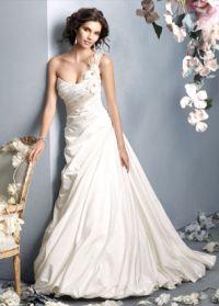 Кремово-молочным свадебным решением была представлена коллекция от Christian Dior. Любая невеста с радостью облачилась бы в такой наряд с утонченным