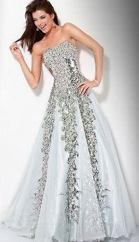 И лиф, и юбка свадебного платья украшены стразами