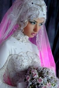 Чаще всего турецкие свадебные платья изготавливаются из тканей ярких цветов и оттенков.